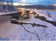 Enorme terremoto de 7.0 en Alaska destruye carreteras, alerta de tsunamis de desencadenantes