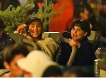 Ariana Grande traba con mamá y amigos en Disneylandia después del estreno de & # 39; Thank U, Next & # 39;